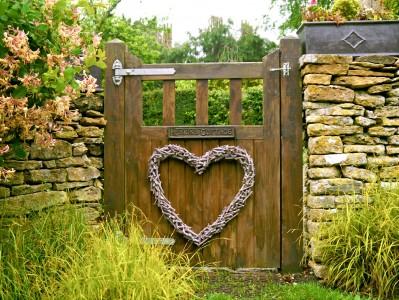 Heskins Cottage Gate Jigsaw Puzzle